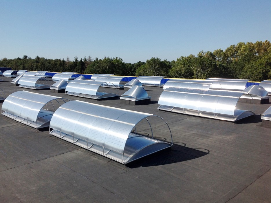 Lanterneaux classiques et filants Bluetek avec exutoires DENFC Bluesteel à rupture de ponts thermiques sur l'usine Guy Cotten