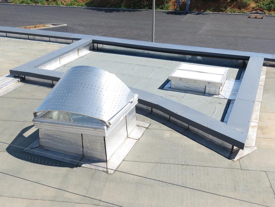 Bluetek et l'agence Coste Architecture ont posés des appareils Bluesteel RPT Inside avec Voile-Dôme en toiture étanchée
