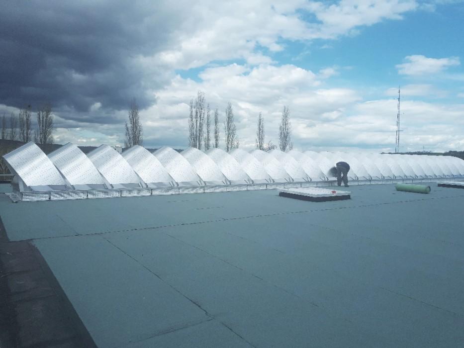 Bluetek et Adexsi propose des références en termes de brise-soleil Voile-Dôme et de voûtes filantes Bluevoûte Therm. En exemple le bâtiment Renault Trucks à Riom dans le Puy-de-Dôme