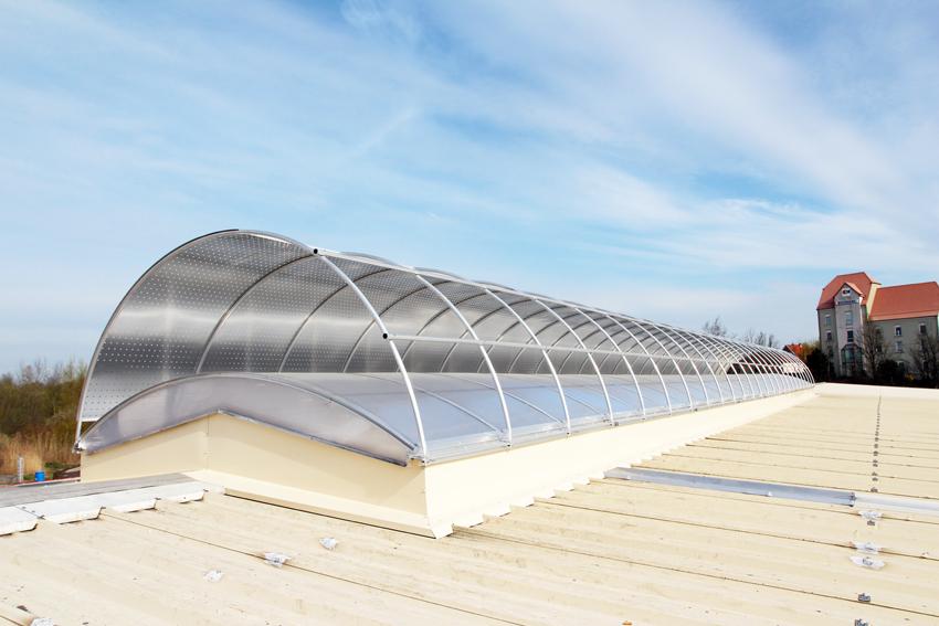 Une voûte avec protection solaire pour une meilleure diffusion de la lumière naturelle pour l'usine Botek