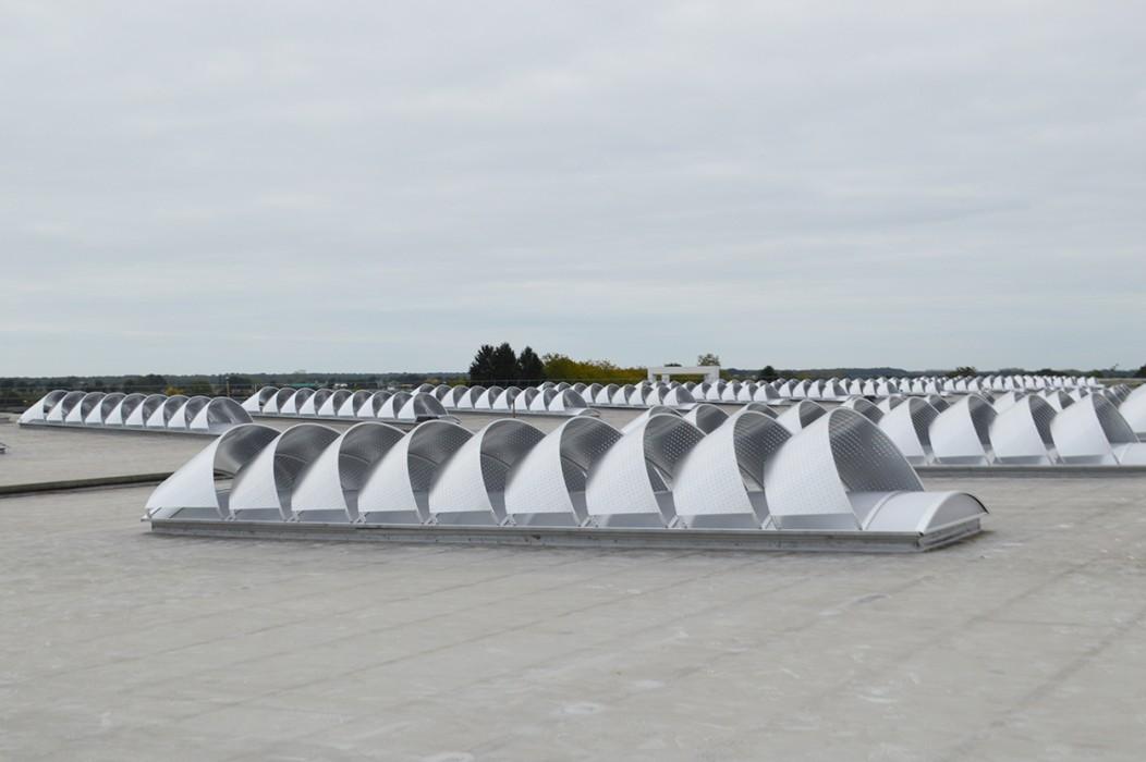 Remplacement anciennes voûtes polyester par lanterneaux filants Bluevoûte avec brise-soleils Voile-Dôme