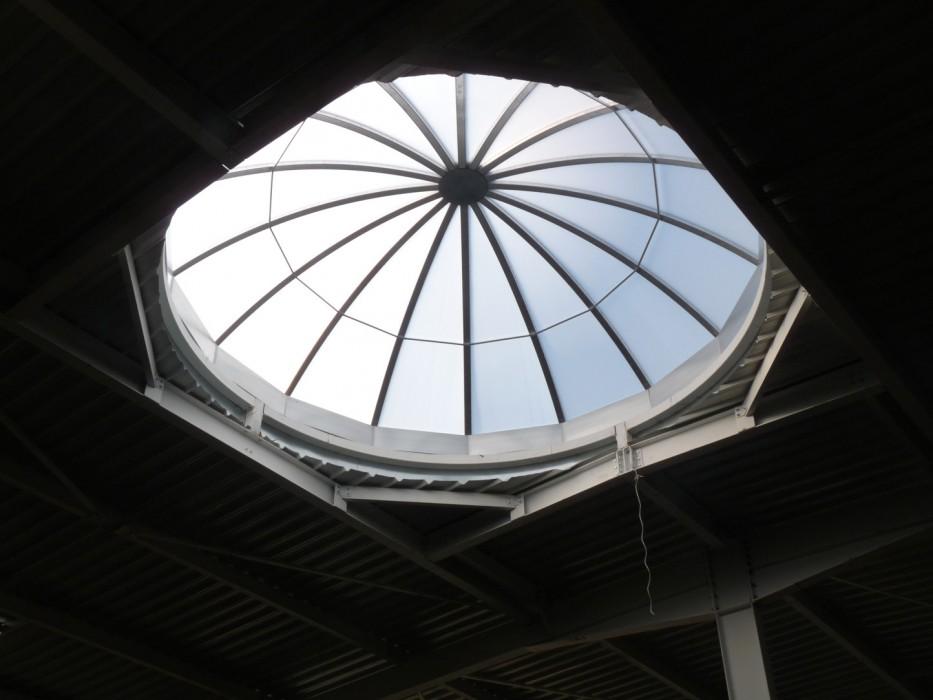 Une fabrication spéciale : un dôme de plus de 5 m pour un puits de lumière impeccable