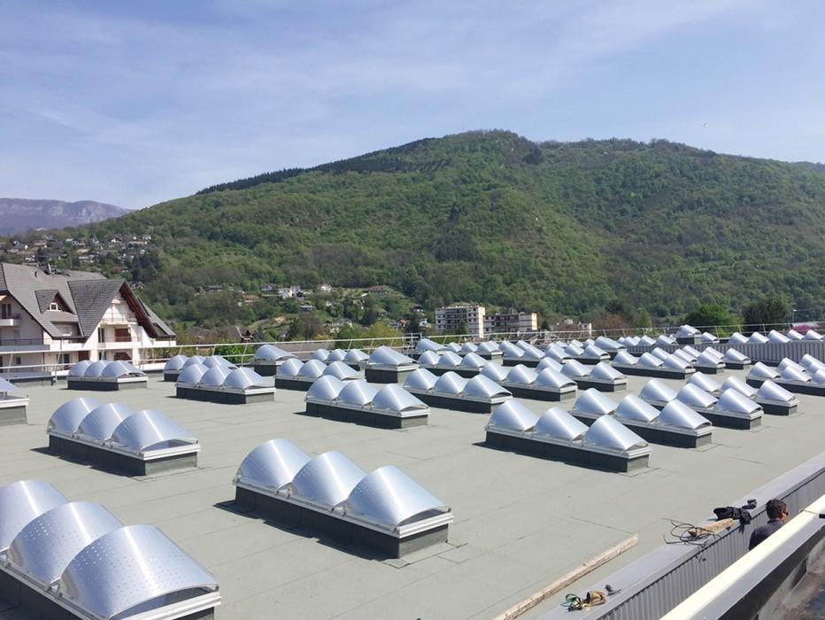 Bluetek, filiale Adexsi, mène l'actualité sur le Lycée du Nivolet à La Ravoire en Savoie, avec des lanterneaux Bluesteel RPT fixes et pneumatiques ainsi que des lanterneaux filants modèle Bluevoûte. Compris Voile-Dôme brise-soleil.