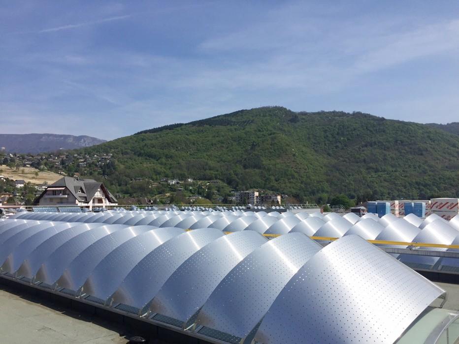 Des lanterneaux et des voûtes modèle Bluevoûte Therm sur le Lycée du Nivolet