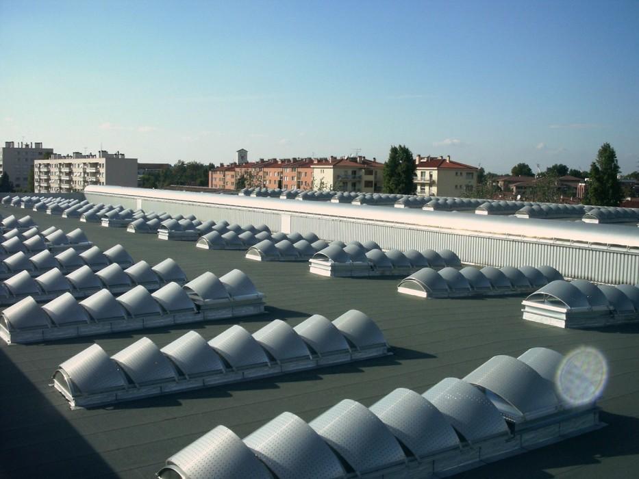 Des voûtes avec protections solaires sur la toiture Airbus