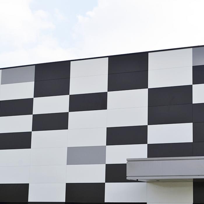 Parement métallique et coloré en façade pour CSO
