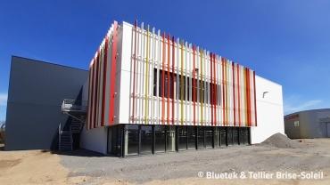 Lanterneaux Bluesteel et brise-soleils en façade d'un gymnase à Challans