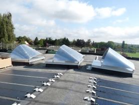 Lanterneaux à rupture de pont thermique et avec protection solaire sur la toiture du bâtiment Médecine du Travail de Metz