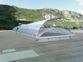 Des voûtes avec protections solaires sur la toiture IP Faun
