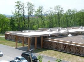 Des lanterneaux avec protections solaires sur le toit du Mas Les Floralies : une réalisation architecturale